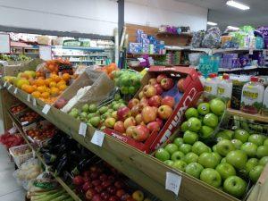 ירקות ופירות במכולת בנווה צוף. צילום: זהר עמר